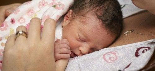 Bebé en pecho de su mamá