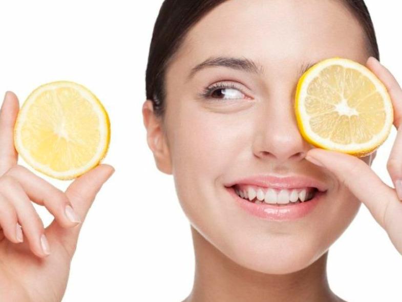 Chica con limones en su cara