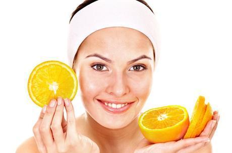 Chica con rodajas de naranja