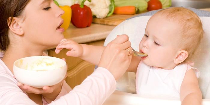 Bebé alimentado con papilla