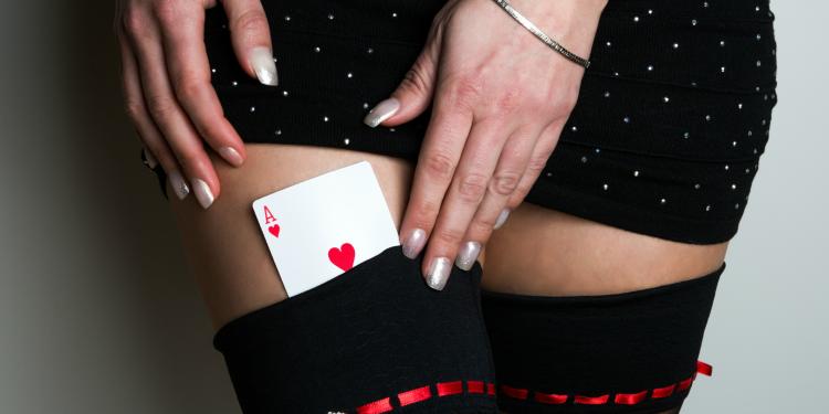 Mujer con carta en sus piernas