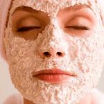 Mujer con mascarilla de avena en la cara