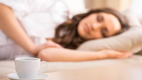 Chica dormida por tomar té