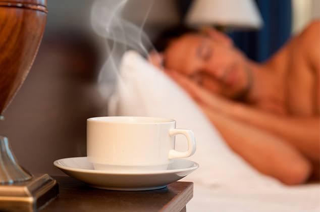Chico dormido con taza de té
