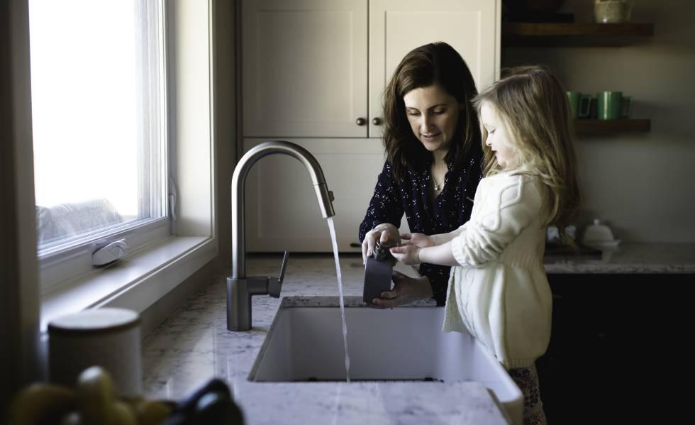 Mamá e hija lavando cosas para evitar infección estomacal