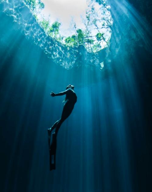Persona buceando en caverna