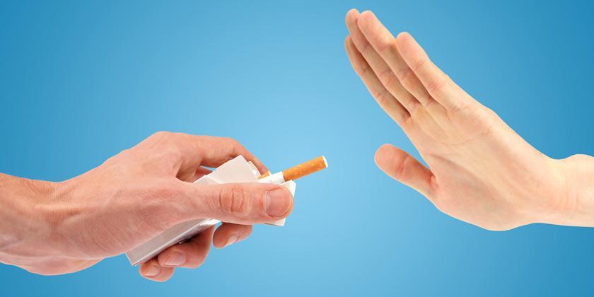 Persona dejando de fumar para no contraer enfermedades respiratorias