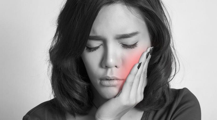 Chica con dolor de muelas