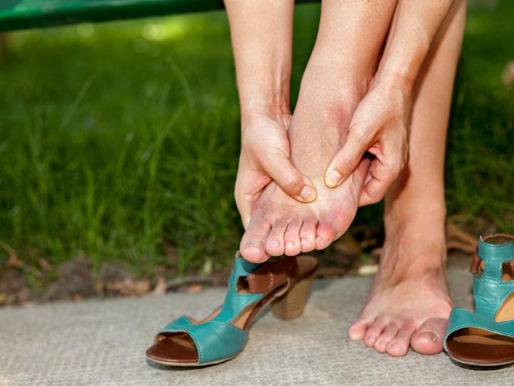 Muer con los pies hinchados