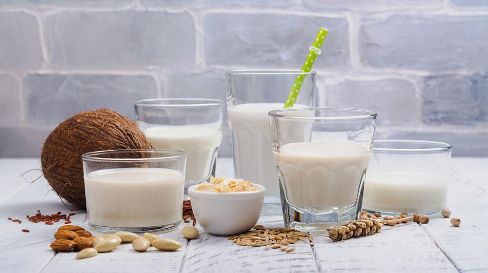 Tipos de leche en vasos de vidrio