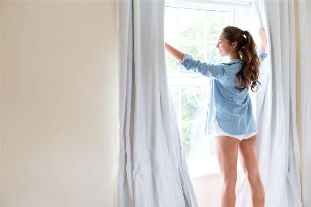 Chica ventilando su cuarto