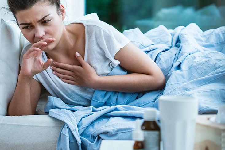 Mujer enferma de gripe