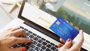 Persona con tarjeta de crédito viendo qué es el Hot Sale