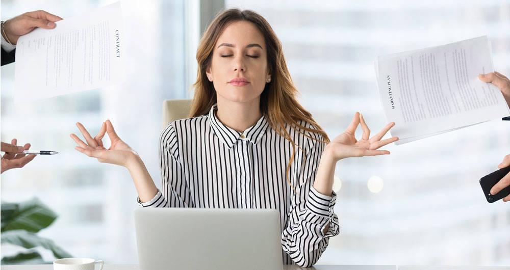 Chica controlando el estrés laboral