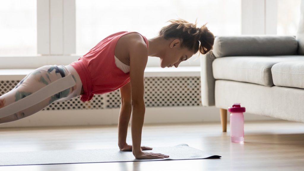 Chica haciendo ejercicio en casa durante la cuarentena