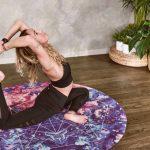 Chica haciendo yoga en la cuarentena