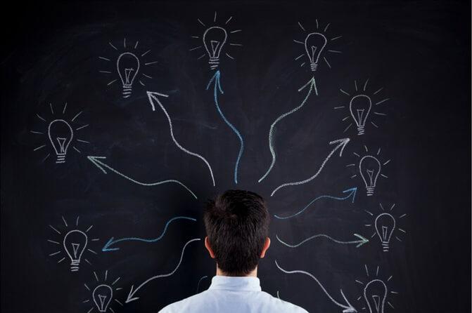 Hombre dando ideas
