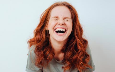 Chica pelirroja sonriendo