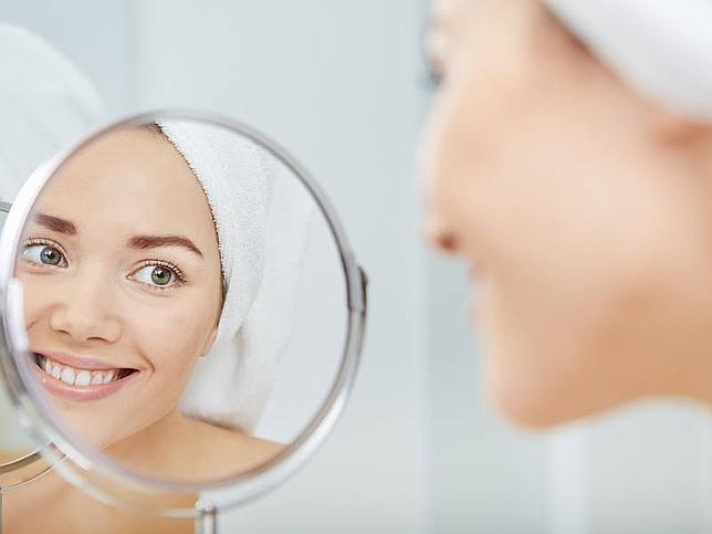 Chica haciendo tips para cuidar la piel