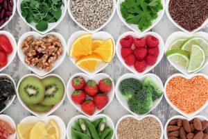 Alimentos sanos en platos en forma de corazón