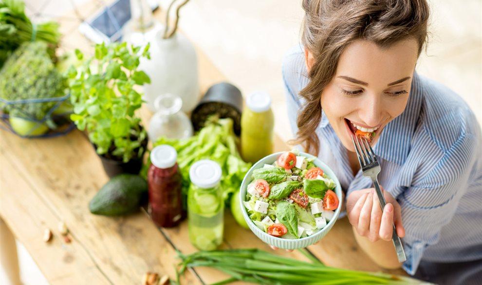 Chica comiendo sano