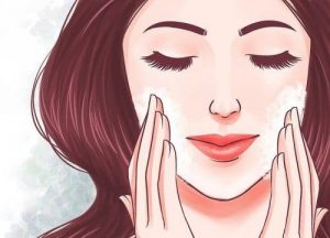 Chica con exfoliante en la cara