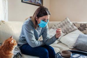 Chica enferma con cubrebocas