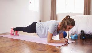 Chica haciendo ejercicio en casa