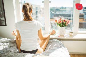 Chica meditando para olvidar el estrés