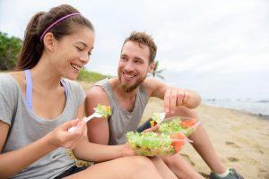 Atletas comiendo sano con vitaminas