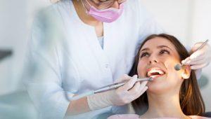 Dentista revisando dientes sanos
