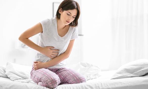 Mujer con dolor de estómago